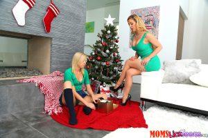 Moms Lick Teens Cherie Deville & Zoey Monroe in Pussy Love 6